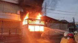 KEBAKARAN: Proses pemadaman api oleh petugas pemadam kebakaran (damkar), Rabu (17/3). (TITO ISNA UTAMA/LINGKAR JATENG)