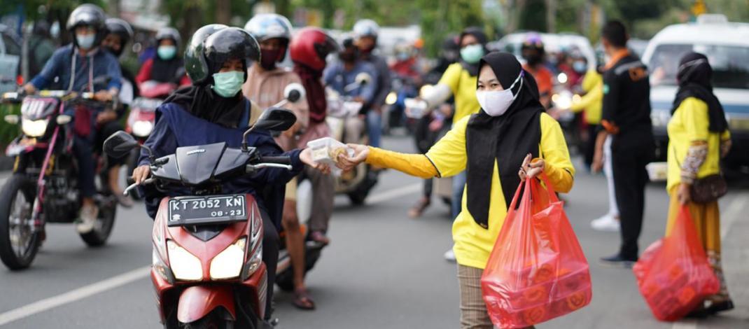 DPD Golkar Balikpapan Bagikan Ratusan Paket Takjil