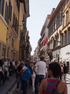 コンドッティ通りはいつも人がいっぱい。