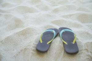 砂浜とビーサン
