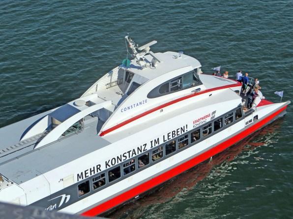 Der Katamaran verbindet Friedrichshafen mit Konstanz.