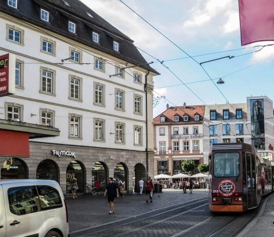 Die Tramlinie 5 in Würzburg fährt quasi an der Mainbrücke vorbei.