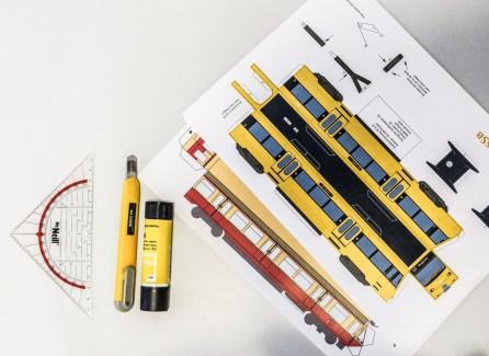 Das Ausgangsmaterial: Bastelbogen, Lineal, Schere, Cuttermesser und Klebstoff.