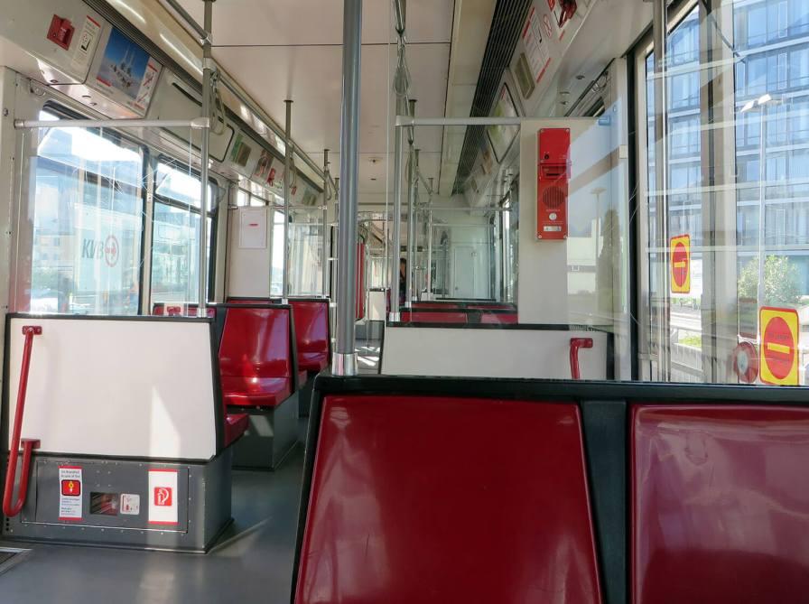 """Farblich passend - die rote Bahn wartet an der Endhaltestelle """"Sparkasse am Butzweilerhof"""" auf neue Fahrgäste."""