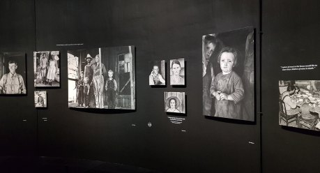 """Die Ausstellung """"The bitter Years"""" zeigt Schwarz-Weiß-Fotografien, die die """"Große Depression"""" in Amerika spürbar machen."""