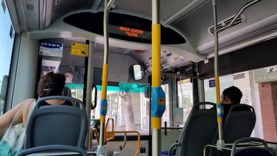 Blick in den Innenraum eines Busses in Tel Aviv.