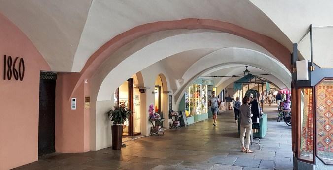 Unter den Arkaden laden die Geschäfte zum Shoppen ein.