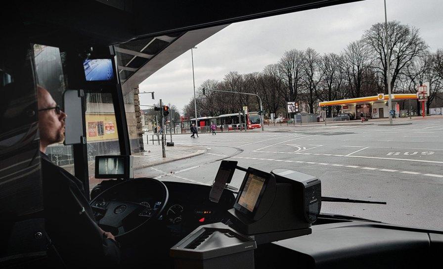 Busfahrer Dennis von der Hamburger Hochbahn im Metrobus der Linie 5.