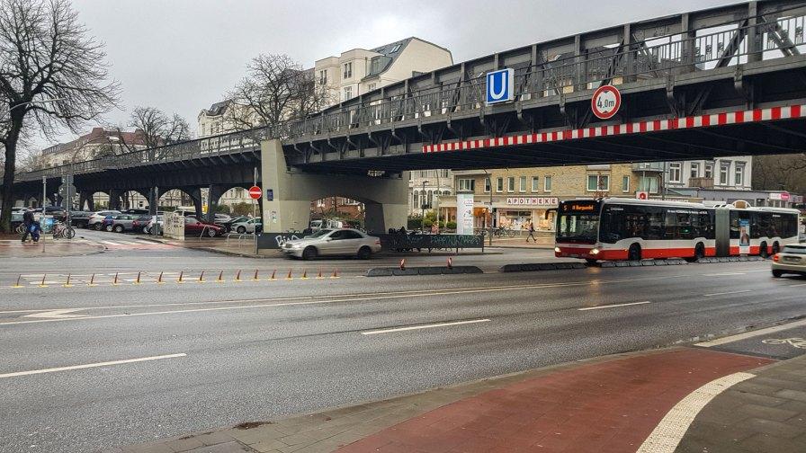 Unterm U-Bahn-Viadukt Hoheluftbrücke.