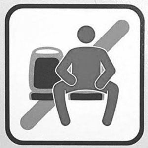 Manspreading - bitte nicht breitbeinig sitzen.