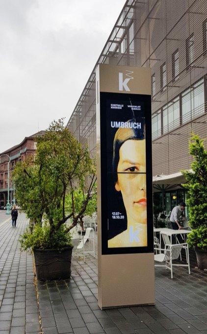 Am Eingang der Kunsthalle Mannheim