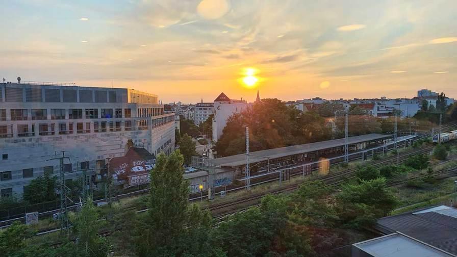 Blick aus der Hotellobby auf die Rigaer Straße