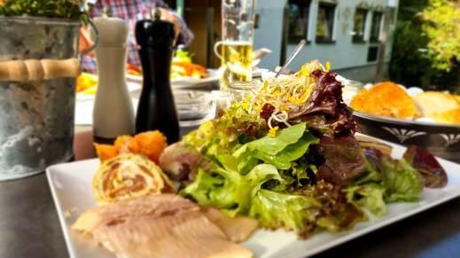 Salat mit Variationen der Forelle
