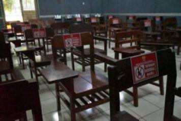 Foto bangku di kelas yang ditata sesuai prsedur tatanan baru di kala pandemi