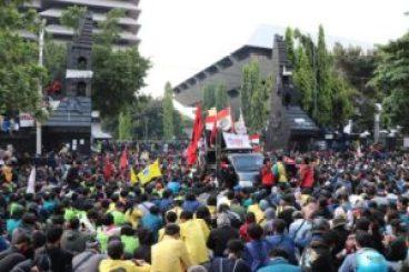 massa aksi di depan gedung DPRD Jateng [BP2M/Lalu]