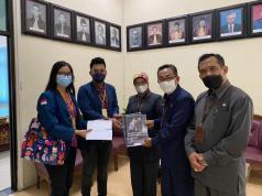 Penyerahan berkas Amicus Curiae oleh Ketua BEM FH Undip Rifqi, dan Wakil Ketua BEM Undip MF Oktavia, kepada Sekretaris, Wakil Ketua, dan Panitera PN Semarang.