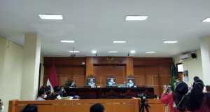 Suasana di ruang persidangan gugatan warga Wadas terhadap Ganjar Pranowo di Pengadilan Tata Usaha Negara (PTUN) Semarang, Senin (9/8). [BP2M/Vera]
