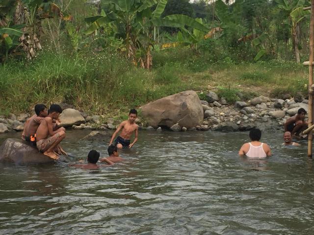Para pengunjung yang sedang berenang di tepi sungai. [BP2M/Hasnah]