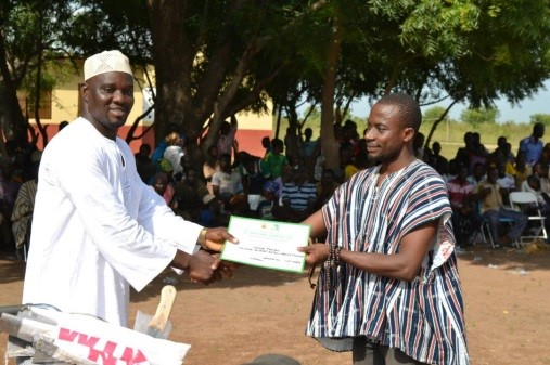 Mr. Daniel Kansake (LINK-Ghana Programme Manager) presenting award to the second best farmer in Kanshegu of the East Gonja District