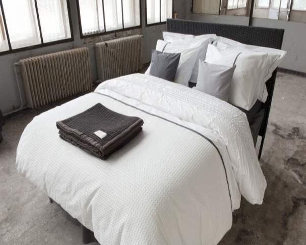 bed met wit dekbedovertrek bari van dommelin