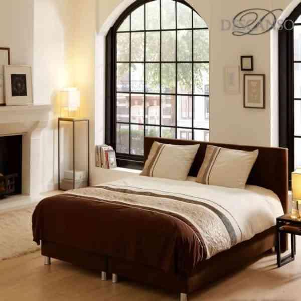 slaapkamer met dekbedovertrek in beige bruin tinten