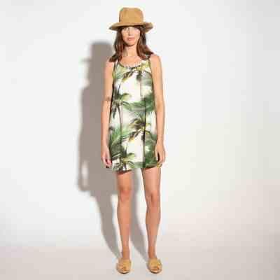 dame met hoed en palm tank dress jurk