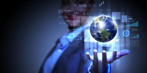 immagine con persona con web in mano su come realizzare un sito web