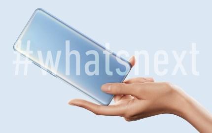 un cellulare in una mano