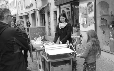 LinoLino, linogravure et créations | Journées des Métiers d'Art 2017, démonstration d'impression dans la rue, devant la galerie du Grillon