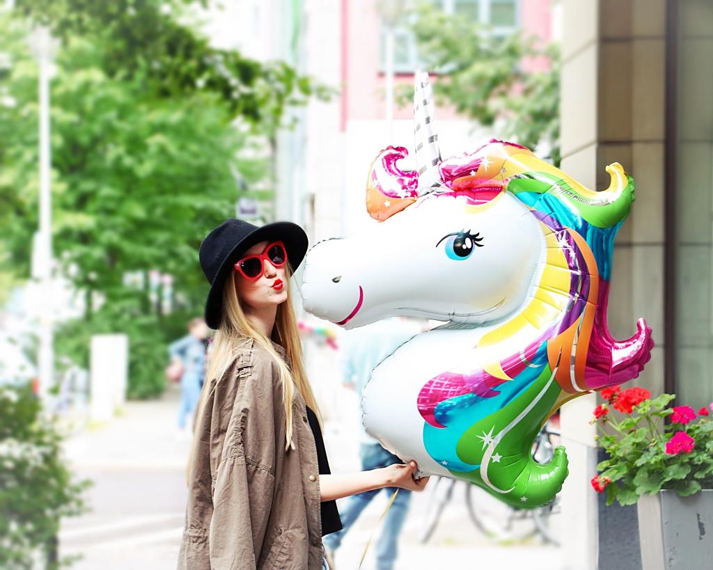 Einhorn, Luftballon, Zara, Missoni, Blogger, Boyfriend Jeans, Hut, cool, lässiger Style, rote Details