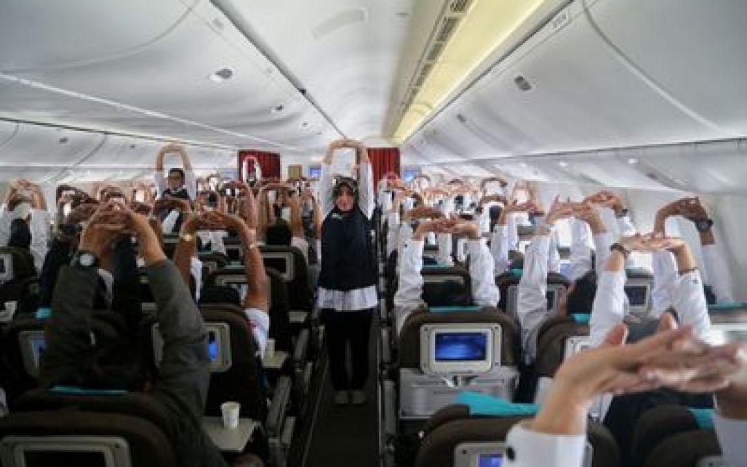 Tim Kesehatan Kemenkes Pimpin Petugas Senam Peregangan Di Pesawat