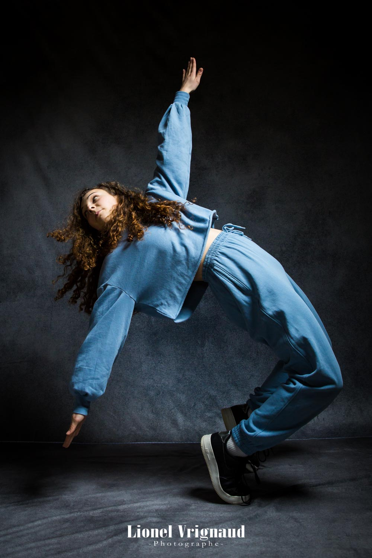 La danseuse se penche en arrière