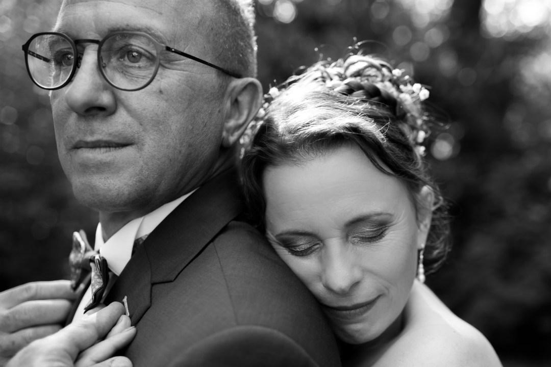 La mariée coupe les rubans autour du bouquet au domaine de la Chaumerie en Vendée