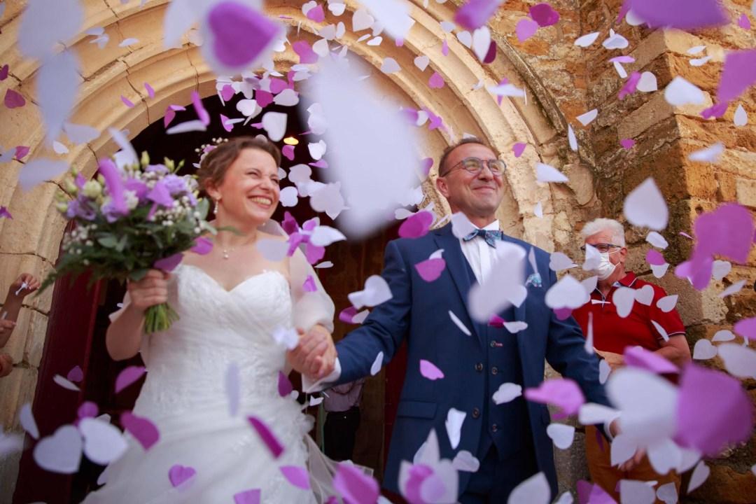 Les mariés sortent d'une église de Vendée sous les confettis