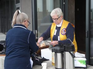 Bilden visar Lions Siv säljer kaffe och korv som deltagarna själva fick grilla