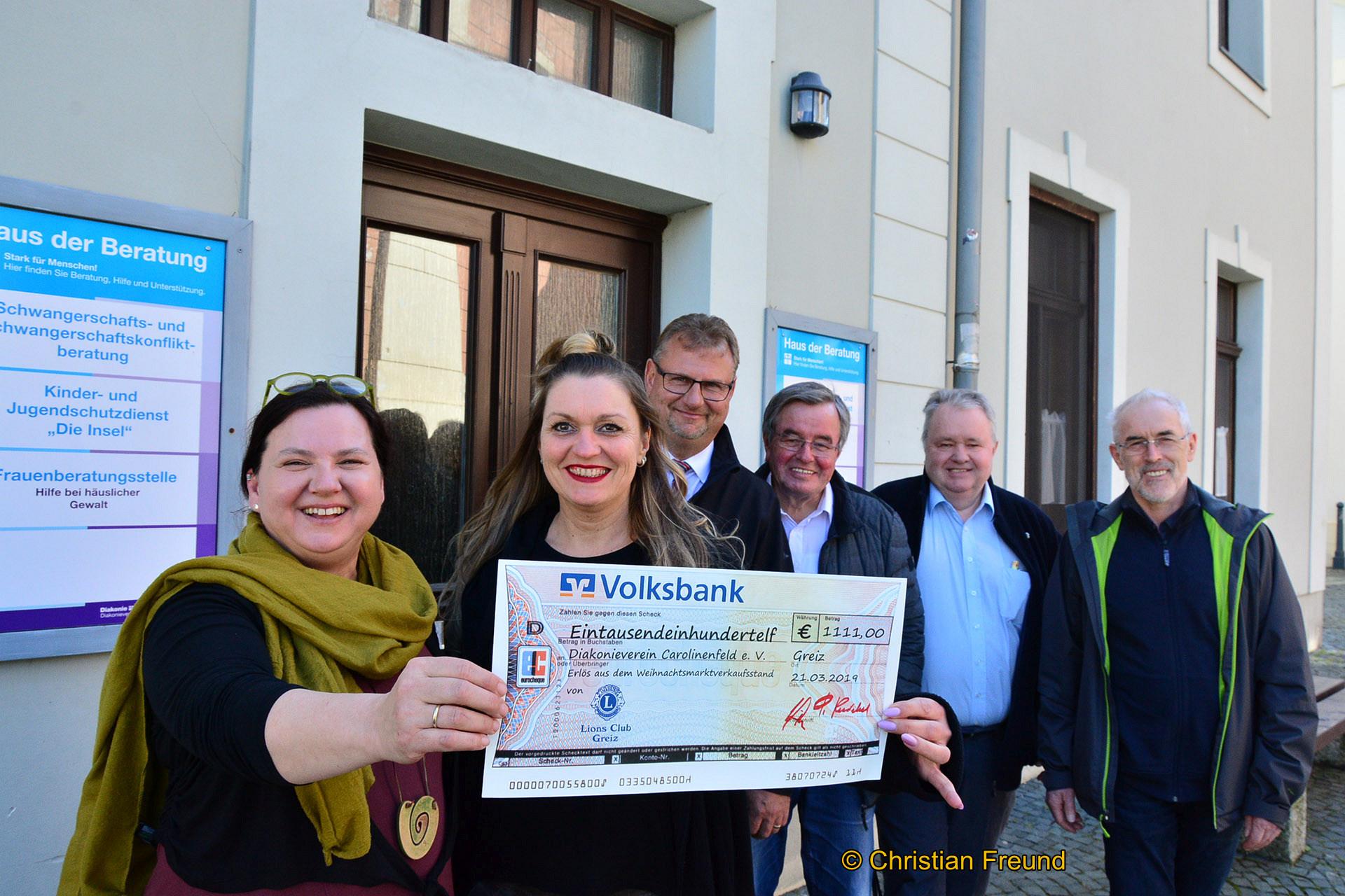 Anja-Maria Vetter vom Café OK am Kirchplatz ( links) freute sich mächtig, denn die Mitglieder des Greizer Lionsclubs mit (von links) Ivonne Zscherper, Sven Heisig, Präsident Peter Kniebel und Wilhelm Wüstner übergaben eine Spende in Höhe von 1111 Euro.