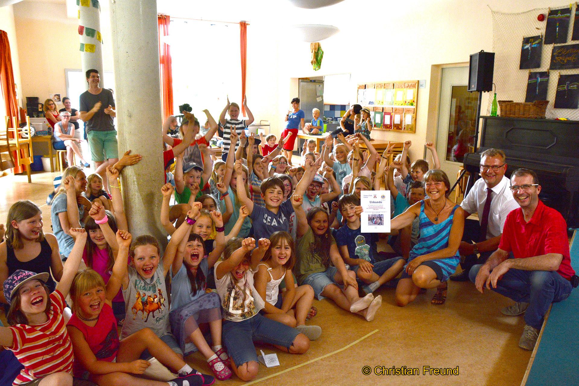 Großer Jugel in der Elstertalschule, als Sven Heisig und Jörg Hierold 150 Euro für den fleißigen Einsatz übergaben