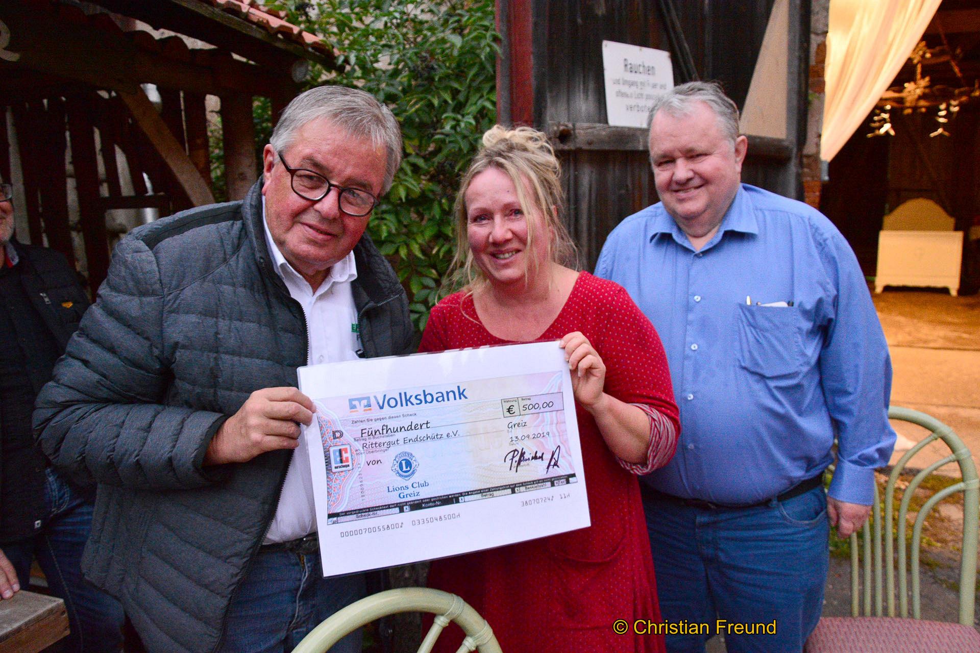 Lions- Präsident Peter Kniebel (links) und Geschäftsführer Wilhelm Wüstner übergeben Susanne Schmidt den symbolischen Scheck.