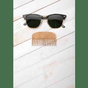 Pente de Madeira com óculos de sol