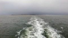 A szigethez jutás a sok homokpad miatt csak kerülővel lehetséges, ilyenkor kimész egy kicsit az Északi-tengerre, ami hullámzik mint a fene. A Waddenzee még nagy szélben is teljesen csendes, tóként viselkedik.