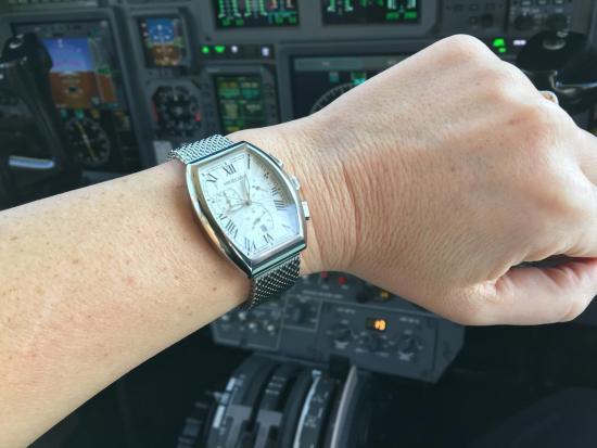 Pilot im Cockpit prüft die Zeit mit einem Predial Chronographen