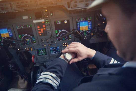 Pilot schaut auf seine Predial Armbanduhr