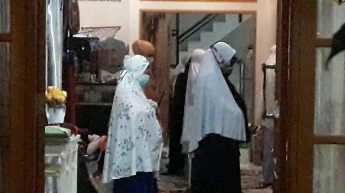 Keluarga Pilot Sriwijaya Air SJ 182 Captain Afwan gelar shalat ghaib di kediamannya di Perumahan Bumi Cibinong Endah, Kelurahan Sukahati, Kecamatan Cibinong, Kabupaten Bogor, Rabu (13/1/2021) malam.