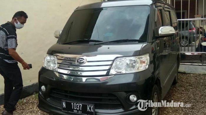 Mobil goyang yang digunakan untuk berbuat mesum oknum ASN Sampang dan selingkuhannya yakni Luxio Nopol N 1037 KX. Barang bukti sudah diamankan oleh UPPA Polres Sampan, di halaman Mapolres Sampang, Senin (25/1/2021).