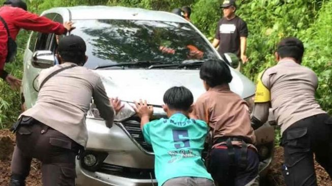 Mau Pulang ke Tasik, 7 Penumpang Mobil Tersesat Masuk ke Hutan Gegara Ini