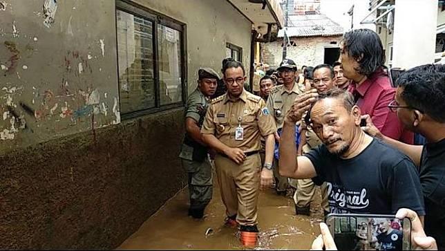 Anies Baswedan menyambangi lokasi banjir Jakarta