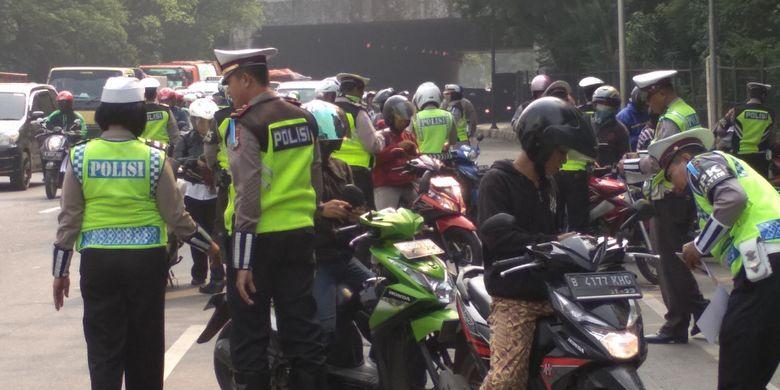 Kendaraan yang Tak Patuh Aturan Saat PSBB Jakarta Bakal Kena Tilang?  Halaman all - Kompas.com