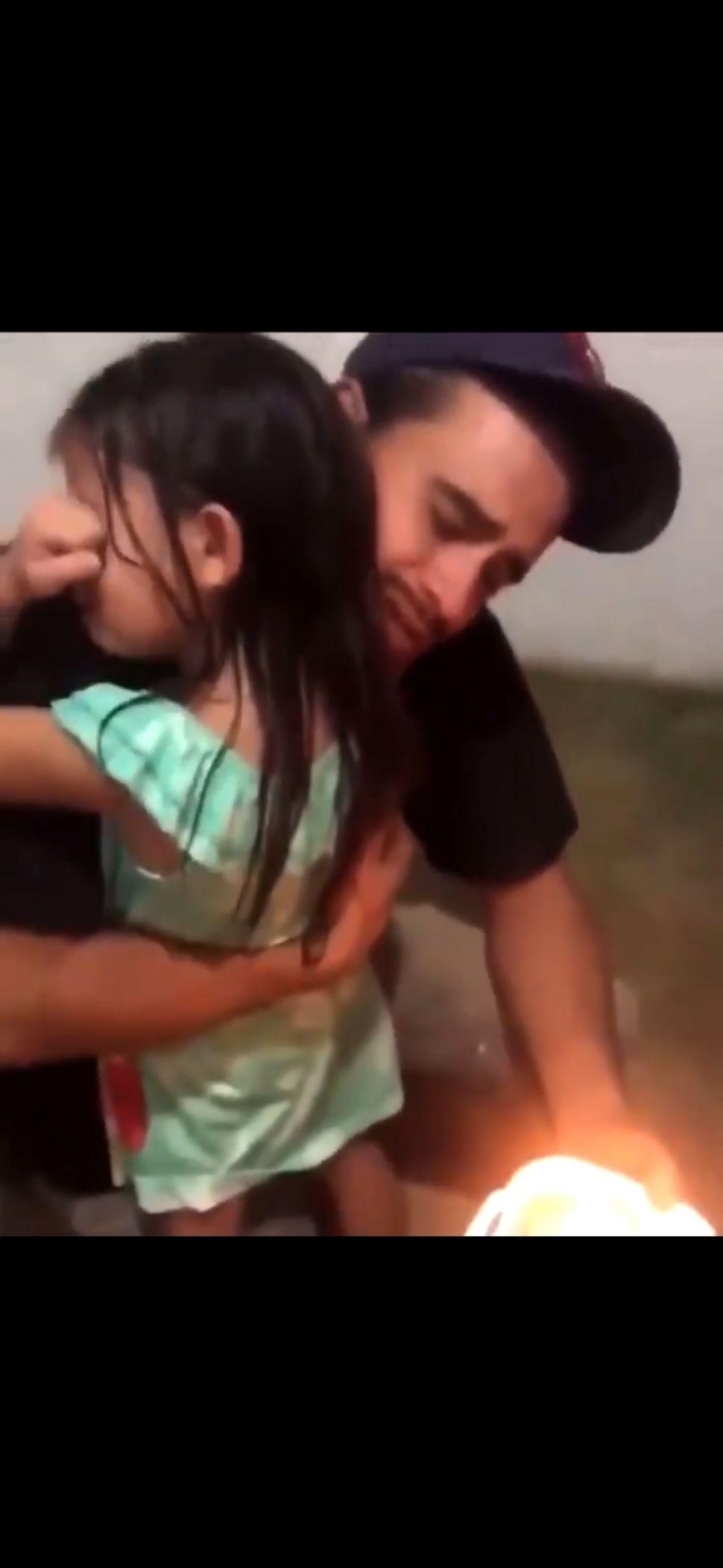 Ayahnya Cuma Bisa Belikan Sepotong Kue Ultah, Bocah Ini Menangis Haru. (Dok: Twitter/ @RexChapman)