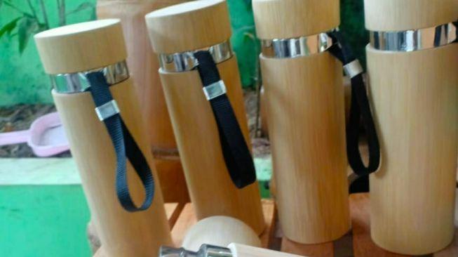 Tumbler bambu karya Adang Muhidin. Dalam sebulan ia mampu mendapat omzet hingga di atas seratus juta rupiah dari produksi produk berbahan bambunya. [Suara.com/Ferrye Bangkit Rizki]