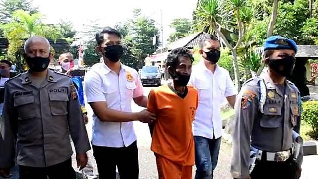 Ayah di Banjar diamankan polisi usai perkosa anak kandung. (Foto: iNews/Acep Muslim).